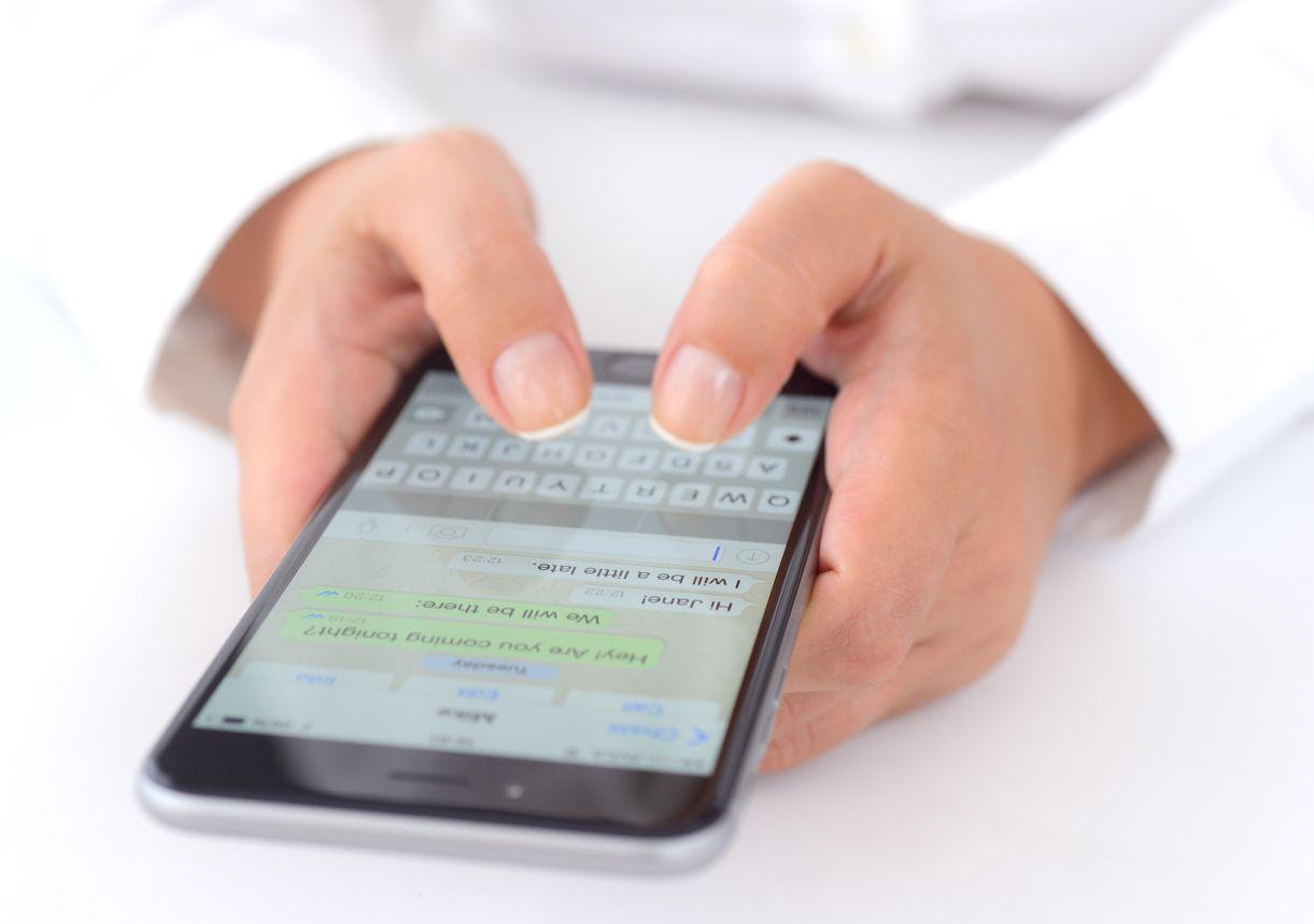 Una persona envía un mensaje a través de Whatsapp, la red social más utilizada en el día a día